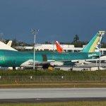 Primeiro 747-8F para Cathay Pacific visto fora do hangar da linha de montagem da Boeing em Everett