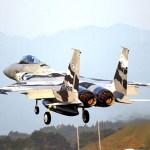 Caça F-15 do Japão solta pedaço em voo durante apresentação