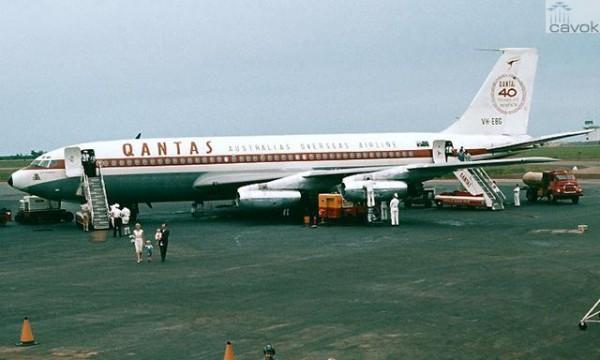 O VH-EBG com pintura especial alusiva aos 40 anos da QANTAS. Notar a deriva original, de altura menor, bem como os motores jato puro PW JT3-C6, substituídos depois pelos turbofan PW JT3D. (Foto: Qantas)