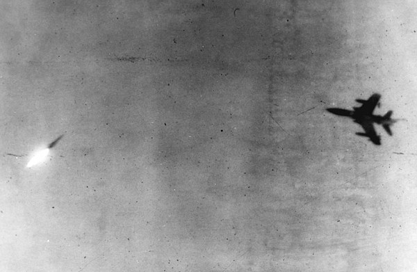 Dramática imagem aonde um F-105 manobra para escapar de um SA-2. (Foto: vaq136)