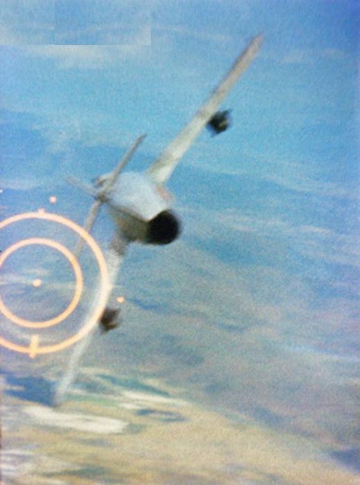 """Imagem clássica. A camera automatica de um F-105 pilotado pelo Major Ralph Kuster Jr, registra o momento em que o canhão M61A1 """"cospe chumbo"""" sobree um MiG-17 da VNAF. O abate se de em 5 de junho de 1967. (Foto: U.S. Air Force photo)"""