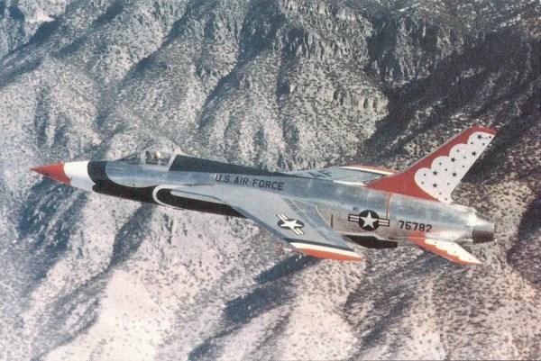 """Apesar do seu enorme tamanho e """"pouca"""" manobrilidade, o Thunderchief foi usado pelos Thunderbirds, porém, após seis demonstrações, houve um acidente e o aparelho foi substituido pelo F-100. (Foto: militaryitems)"""