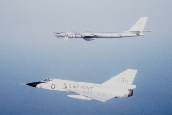 O F-106 foi o último caça exclusivamente na função de Interceptador para a defesa do território dos EUA. Na imagem acima, um Delta Dart da 102ª Ala Aérea de Interceptadores 'escolta' um Tu-95 sobre o Ártico, em 1982. (Foto: somethingawful)