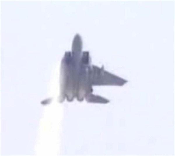 Durante um combate dissimular entre dois F-15 e quatro A-4 Skyhawk, duas aeronaves se chocaram no ar, arrancando a asa do F-15 '#957'. (Foto: freerepublic)