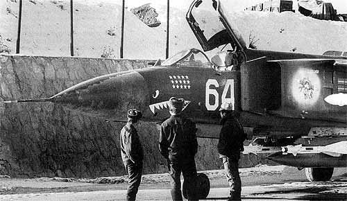 Um MiG-23 exibe seus troféus. A aviação soviética aprendeu duras lições e adaptou armas e táticas numa guerra perdida desde o primeiro dia. (Foto: Coleção particular)