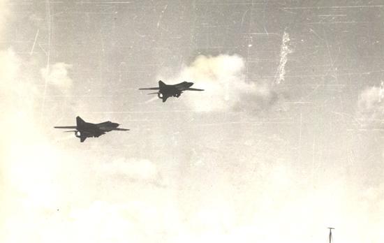 Caças-bombardeiros MiG-23 ganham altitude após mais um ataque sobre posições guerrilheiras. (Foto: Russian Wwarrior)