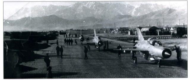 Na sequência da intervenção direta da URSS no Afeganistão , a guerra escalou rapidamente, culminando em grandes batalhas que envolveram o uso maciço de aeronaves táticas. Acima o MiG 21 operando no Afeganistão. (Foto: Soviet Hammer)