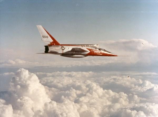 """F-107A Ultra Sabre em vôo. Alguns pilotos o chamavam de """"comedor de homens"""", numa clara alusão à sua tomada de ar montada na parte superior, mas no caso de uma ejeção, o assento poderia facilmente ser ejetado. (Imagem: Robert F. Dorr)"""