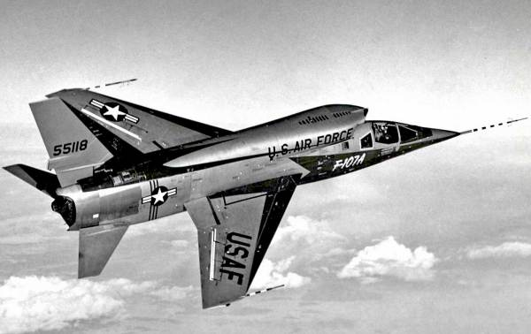 F 107A In Flight 600x378 - CAÇAS CENTURY (Os Esquecidos): North American F-107A Ultra Sabre