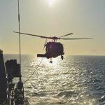 """Helicóptero MH-16 Seahawk realiza exercício de reabastecimento em voo com a Fragata """"Liberal"""""""