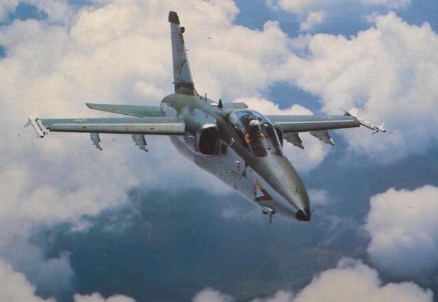 O primeiro protótipo brasileiro do AMX. Sua principal diferença em relação ao modelo italiano está no armamento. Dois canhões de 30mm em ambos os lados da fuselagem. (Imagem: Coleção particular)