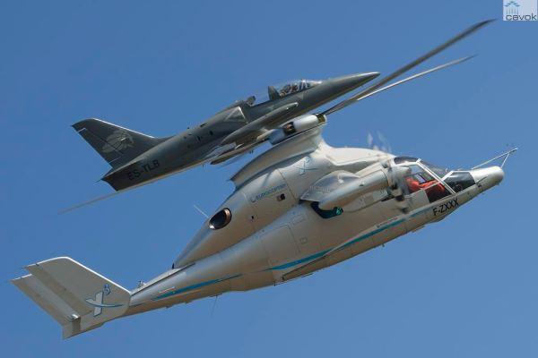 O helicóptero híbrido X3 durante o voo recorde acompanhado em voo por um jato L-39. (Foto: Alain Ernoult / Eurocopter)