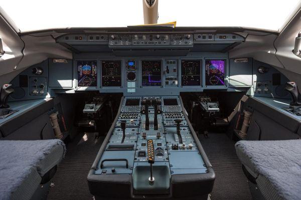 O painel de comando do Sukhoi Superjet 100 da Interjet. (Foto: Russos Live Journal)
