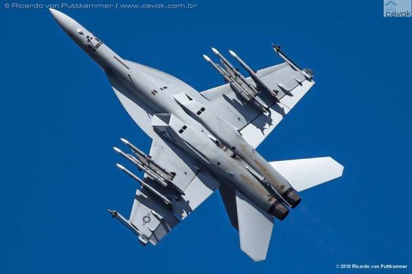 O caça Boeing F/A-18F Super Hornet durante apresentação nos EUA em 2010. (Foto: Ricardo von Puttkammer / Cavok)