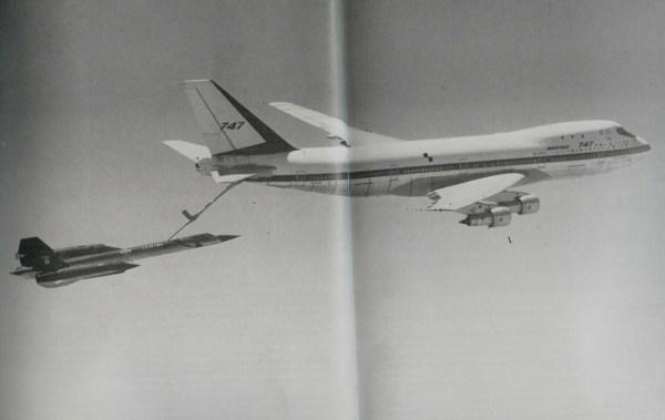 Boeing 747 tanker reabastece um SR-71 Blackbird.