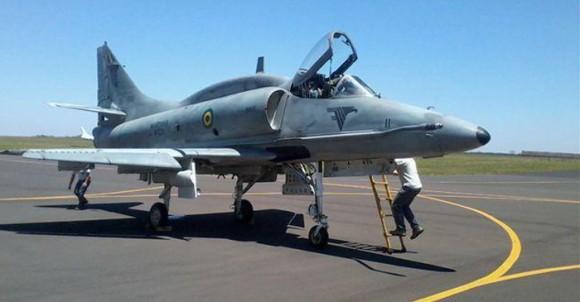 """A aeronave AF-1 """"N-1011"""" está sendo usada como protótipo para o programa de modernização dos A-4 da Marinha Brasileira."""