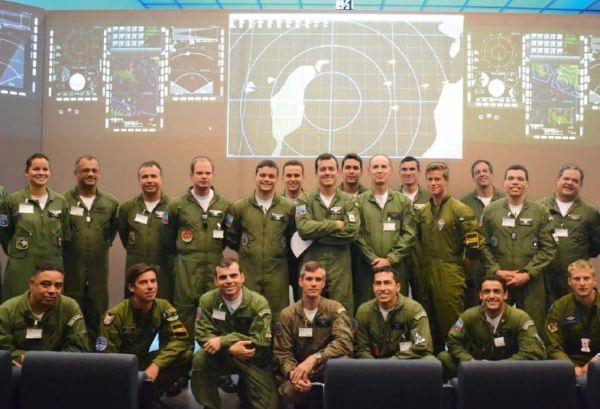 Pilotos da FAB durante treinamento na Suécia. (Foto: III FAE)