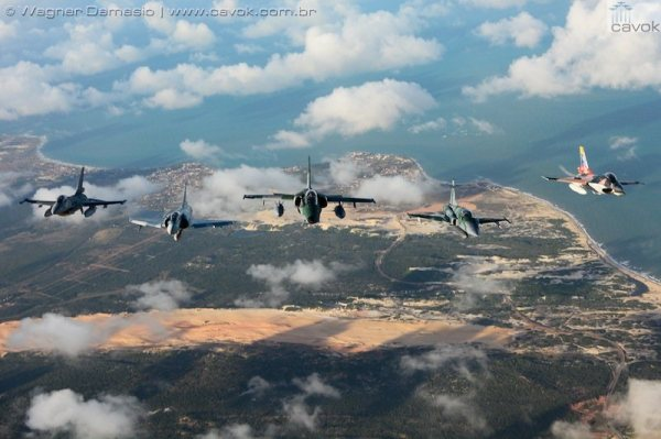 Algumas das aeronaves participantes da Cruzex 2013: (d-e) F-16 da FACh, F-2000C, A-1 e F-5EM da FAB, e um F-16 da FAV. (Foto: Wagner Damasio / Cavok Brasil Team)
