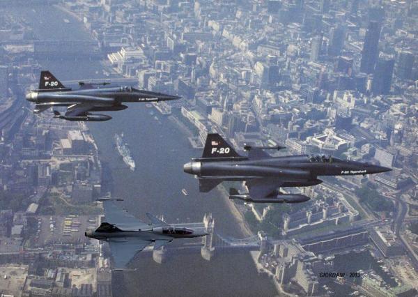 Fotomontagem de um encontro impossível: O Gripen encontra o F-20. (Montagem: Giordani)