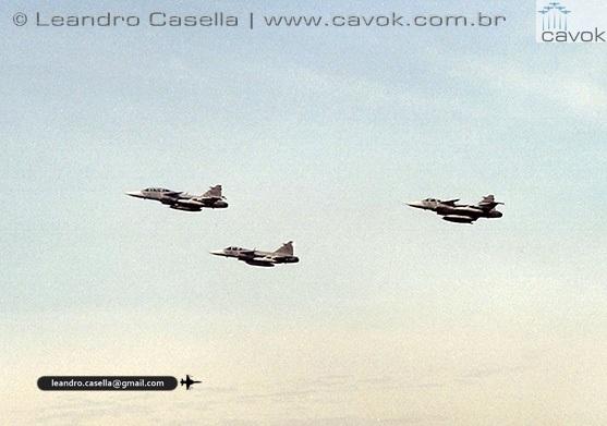 Decolagem das três aeronaves Gripen. (Foto: Leandro Casella / Cavok Brasil)