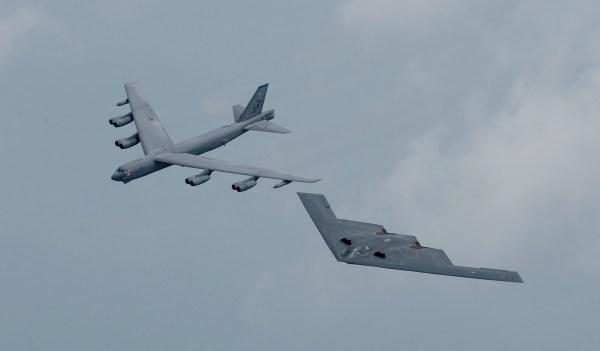 B-52 forma com um bombardeiro B-2: Ecos da Guerra Fria...