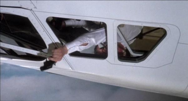 Ponto alto e absurdo do filme: O quê?! O piloto (George Kennedy) abre uma janela do avião, voando acima de Mach 1 e a 60 mil pés, coloca a mão para fora segurando uma pistola sinalizadora (quando a velocidade de deslocamento deveria arrancar não só a pistola da sua mão, mas a própria mão!), dispara alguns flares, e os mísseis guiados por IR ignoram os quatro grandes e quentes motores do concorde para perseguir um simples sinalizador!