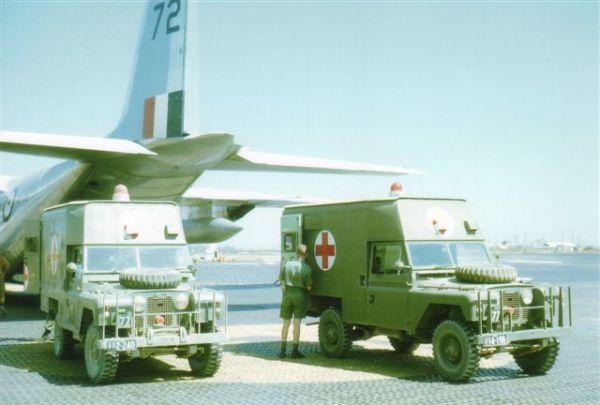 Duas ambulâncias do exército australiano na pista de pouso da Base Aérea de Vung Tau, no Vietnã do Sul, descarregando pacientes para evacuação aérea a bordo de um C-130 da RAAF, para serem tratados na Austrália.