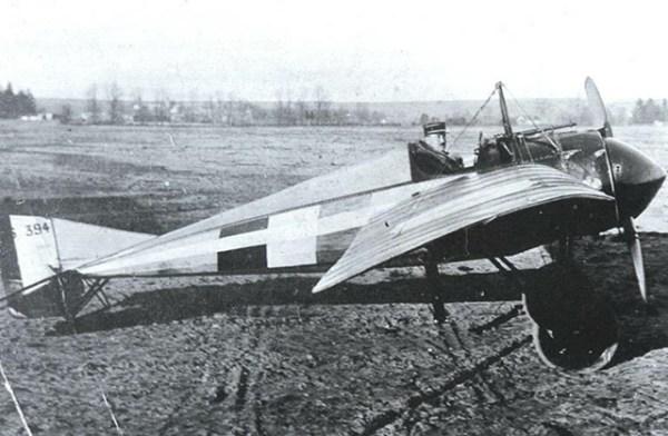 MORANE-SAULNIER N (1914). Primeiro caça francês, capaz de atingir 165km/h e subir a 3.000 metros de altura em 12 minutos; era, todavia, difícil de ser manobrado.Cerca de 200 aparelhos foram construídos na França, na Inglaterra e na Rússia czarista. Foi o preferido dos ases Navarre (Frances) e Kazakov (russo). Foi o primeiro avião a ser equipado com metralhadora fixa, sincronizada com o giro da hélice, em março de 1915, graças a uma invenção de Roland Garros.