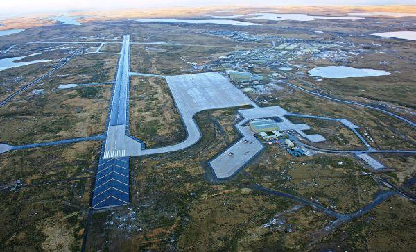 Vista aérea do Complexo Militar em Mount Pleasant, localizado a 60 km de Port Stanley.
