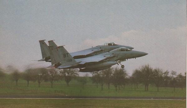 Dois F-15 decolam lado a lado da pista de Bitburg (que era mantida sempre impecavelmente limpa), usando os pós-combustores para chegar o mais rápido possível ao alvo. O F-15 também era capaz de voar devagar, de modo a emparelhar com aviões civis desgarrados e estabelecer comunicação por sinais.