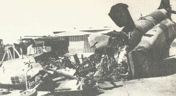 Os combates entre aeronaves em voo foram poucos, mas muitos aparelhos foram abatidos por fogo de terra. Na foto em preto e branco, destroços de um F-4 Phantom II do Irã.