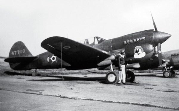 O Curtiss P-40N, futuro FAB 4064, na antiga sede do Esquadrão Pampa em Canoas, em maio de 1945! Atualmente esta aeronave esta preservada no MUSAL, no Rio de Janeiro.