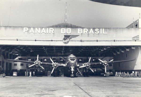 Constellation PP-PCG, dentro do hangar no Aeroporto Santos Dumont, no início da década de 1950. Esse hangar ainda existe, como parte das instalações do 3º COMAR.