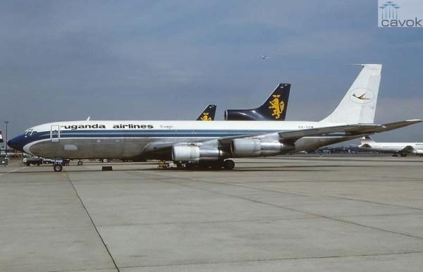 Já arrendado para a Uganda Airlines como 5X-UCM, ainda conservando a linha azul da Varig (Foto via Andi Hitl)