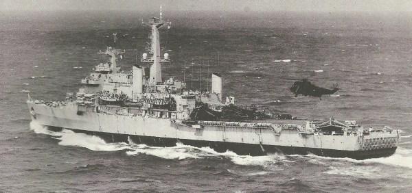 Um Sea King HC.Mk 4 aproxima-se do convés do HMS Fearless. Esse navio estava equipado com complexo sistema de telecomunicações e era o apoio ideal às atividades do SAS.