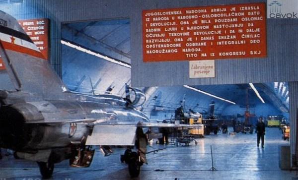 Bunker subterrâneo da Base Aérea de Zeljava (hoje desativada) de onde partiram os dois MIG-21 que fizeram a interceptação do 5X-UCM.