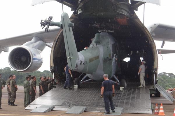 Um helicóptero AH-2 Sabre sendo descarregado do avião de transporte An-124. (Foto: Agência Força Aérea)