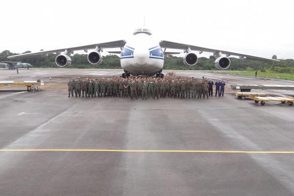 Membros do Esquadrão Poti junto ao An-124 que trouxe os últimos helicópteros Mi-35. (Foto: Agência Força Aérea)