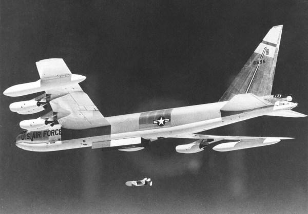B-52D lança um Quail (Imagem: wikimedia.org)