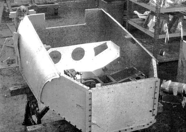 A funcionalidade da cabine e partes do sistema de controle de voo estão protegidos por 540 kg de blindagem de titânio de 13 a 38 mm, por isso é conhecido como uma banheira