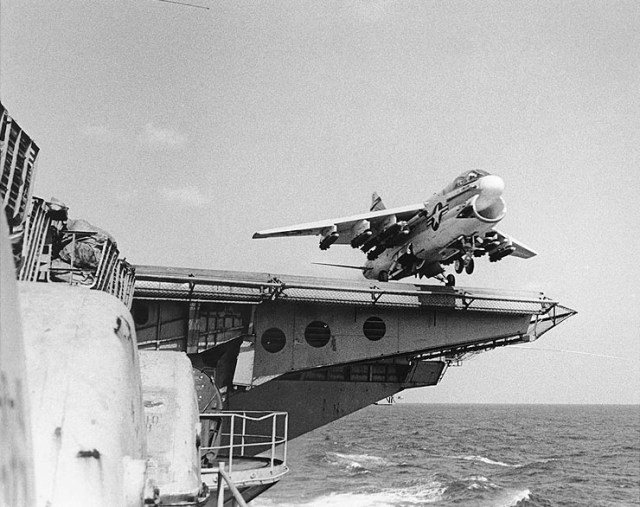 A-7 parte do USS Ranger (CV-61) para mais uma missão de bombardeio contra o Vietnã do Norte.