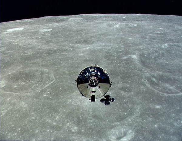 Módulo de Comando e Serviço da Apollo 10 na órbita da Lua visto do Módulo Lunar (Imagem: NASA)