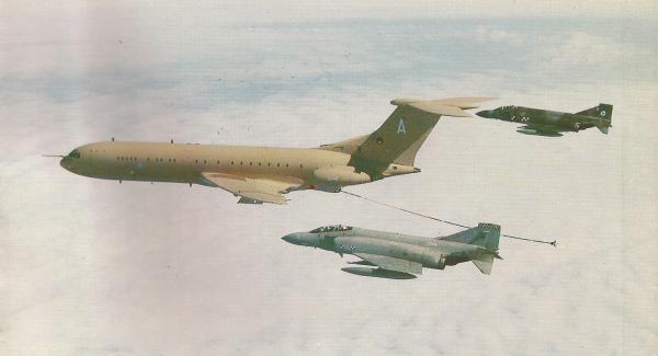 Dois Phantom FG.Mk 1 do Esquadrão 32 são reabastecidos em voo por um VC10 K.Mk 2 do Esquadrão 101, com base em Brize Norton, perto de Oxford, Inglaterra. Esses aviões-tanque eram convertidos de aeronaves civis.
