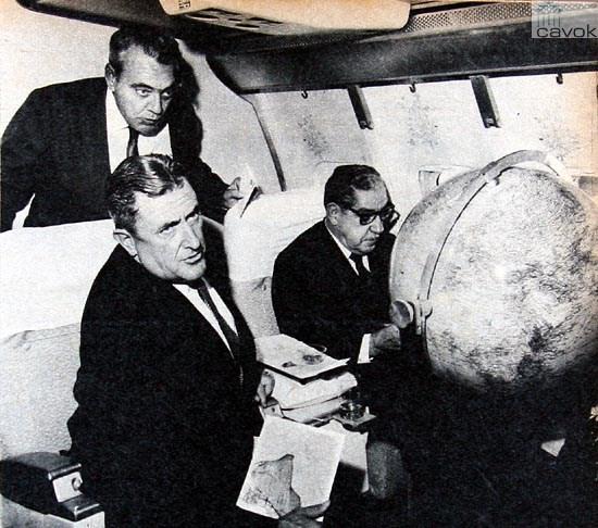 Marechal Costa e Silva a bordo do PP-VJS, no voo especial que o levou de Hong Kong para Tóquio. O globon terrestre observado pelo mandatário era iluminado com a rota voada. (Coleção Marcelo Magalhães).