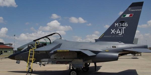 O jato M-346 na Base Aérea de Grosseto, onde vai atuar em missões dissimilares com caças Eurofighter. (Foto: Alenia Aermacchi)