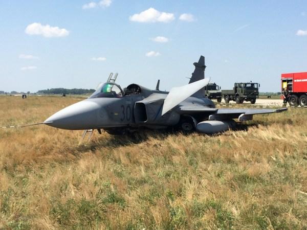 Um caça JAS 39C Gripen pertencente à Força Aérea Húngara, registro nº 30 (HunAF 30), realizou um pouso forçado na manhã do dia 10 de junho  - Foto MTI (2)