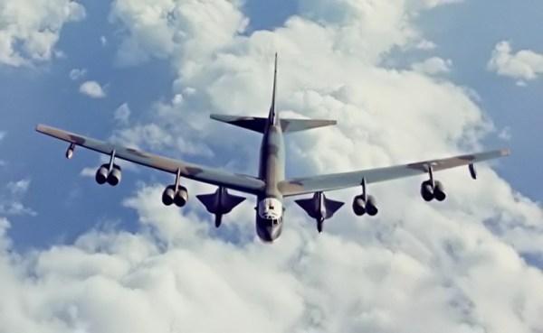 B-52H com dois drones D-21B - USAF