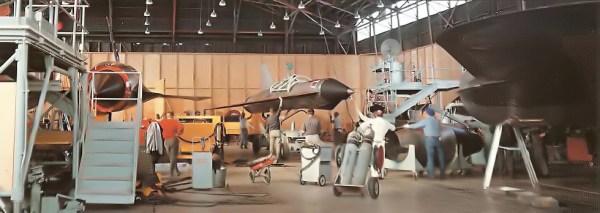 Preparativos finais do D-21, momentos antes dele ser acoplado ao M-21, para realização do voo inaugural do conjunto - Lockheed Martin