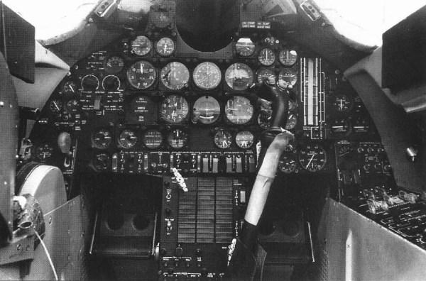 Visão interna do cockpit do primeiro exemplar do A-12, Article 121 (60-6924), em 2 de janeiro de 1962 - Lockheed Martin