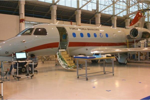 O primeiro Legacy 500 do GEIV está na Embraer, passando pela instalação do laboratório embarcado. (Foto: Agência Força Aérea)
